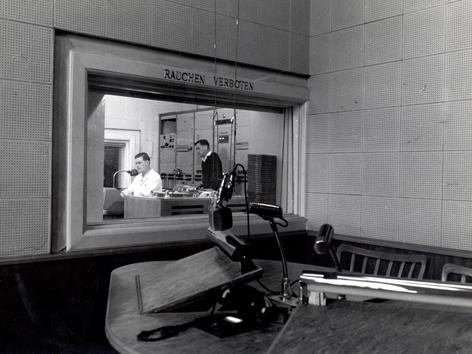 Historische Aufnahme (schwrz-weiß) eines Sprechers im Studio