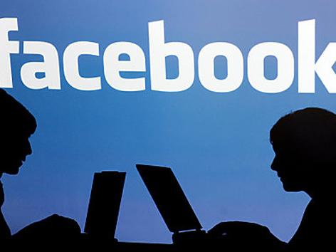 zwei Schatten vor facebook-logo