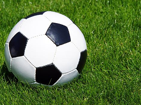 Fußball im Rasen