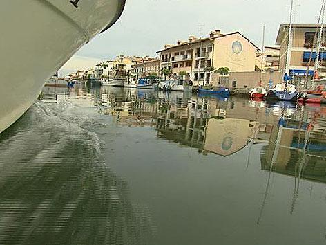 Ausflugsboot im Kanal