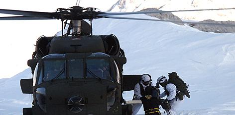 Blackhawk-Transporthubschrauber des Bundesheeres im Hochgebirge.