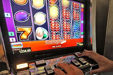 Mann spielt bei Glücksspiel-Automat