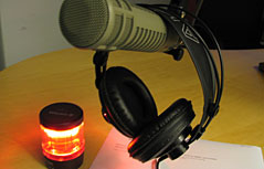 Kopfhörer, Rotlicht und Mikrofon
