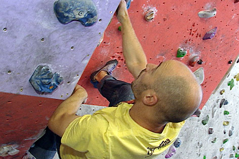 Kletterer beim Bouldern in der Halle