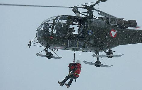 Such- bzw. Lawinenhundeteam der Bergrettung bei einem Tauflug an Alouette III Hubschrauber des Bundesheeres.