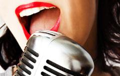 Frau singt in Mikrofon