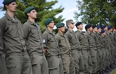Soldaten stehen in Reih und Glied