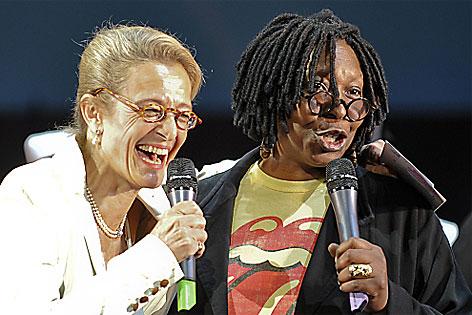 """Zechner mit Whoopi Goldberg bei der Präsentation von """"Sister Act"""" im April 2011."""
