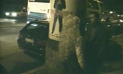 Freier spricht mit Prostituierter auf dem Straßenstrich.