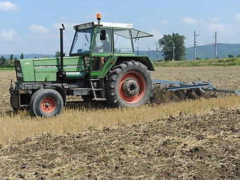 Traktor auf einem abgemäten Acker