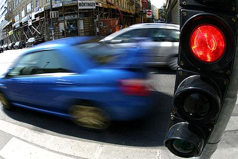 Autos fahren bei Rotlicht.