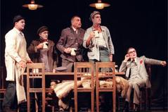 """Ensembleszene aus """"Freiheit in Krähwinkel"""" im Wiener Volkstheater, Regie: Peter Gruber."""