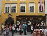 Totale von Mozarts Geburtshaus in der Salzburger Getreidegasse im Sommer.