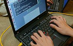 Laptop mit tippenden Händen