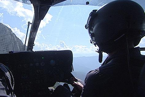 Pilot im Hubschrauber-Cockpit