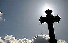 Kreuz vor Wolken