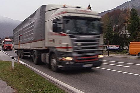 Transit-Lkw auf der Bundesstraße / Sattelschlepper