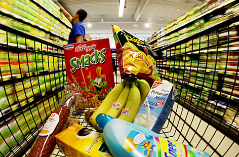 Regale in Supermarkt