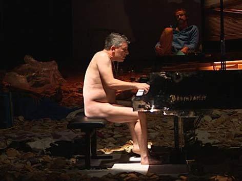 Nackter Pianist auf der Bühne