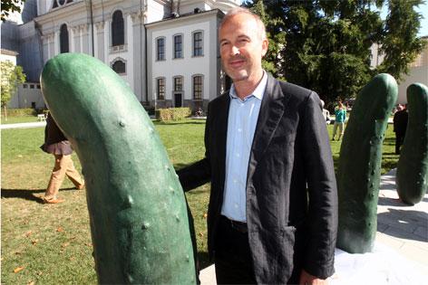 Künstler Erwin Wurm mit Gurken.