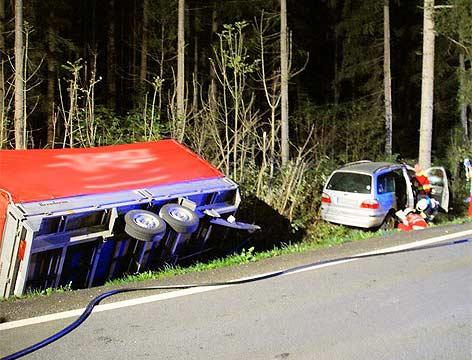 Unfall St.Stefan an der Gail Auto mit Anhänger gegen Baum
