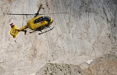 Notarzthubschrauber landet im Hochgebirge.