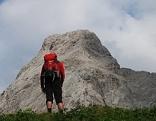 Wanderer bzw. Bergsteiger in den Kalkhochalpen der Karnischen. Wandern Bergsteigen Alpenverein Alpen Naturfreunde Rucksack Alpinismus