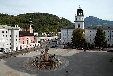 Residenzplatz in der Salzburger Altstadt mit Salzburg Museum