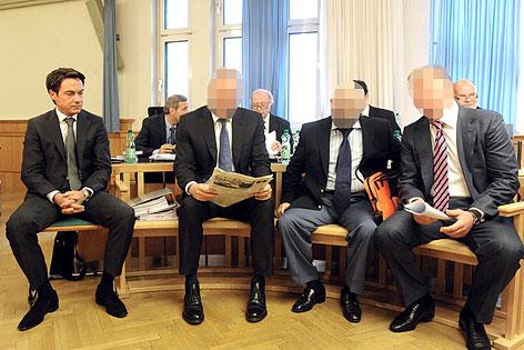 Franz Koloini (ganz links) und weitere Angeklagte am letzten Prozesstag.