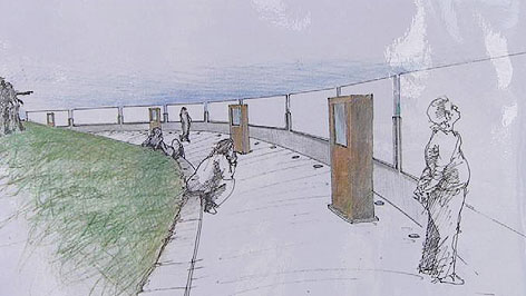 Plan für Gedenkstätte in Rechnitz. Besucher stehen vor Hinweistafeln