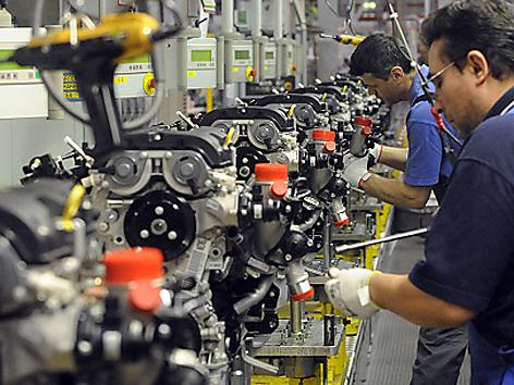 Arbeiter im Opel Werk General Motors in Wien Aspern