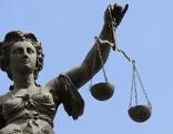 Justizia mit Waage Gericht