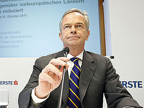 Erste Group Chef Andreas Treichl bei Pressekonferenz im Oktober 2011