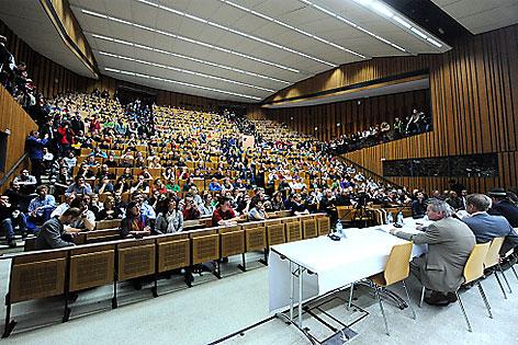 Studenten während der Vollversammlung der TU Wien
