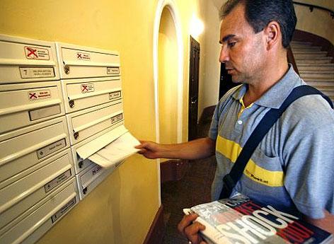 Brieftraeger beim Verteilen der Post