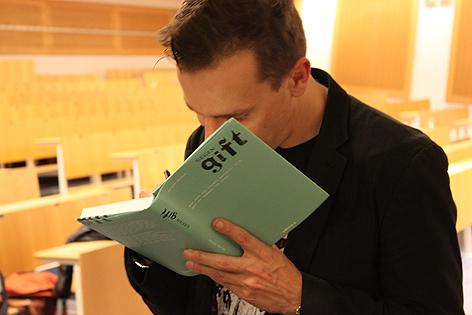 Gerald Hörhan signiert sein Buch Gegengift