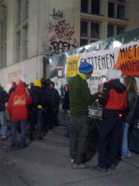 Hausbesetzer und Sympathisanten vor dem besetzten Haus