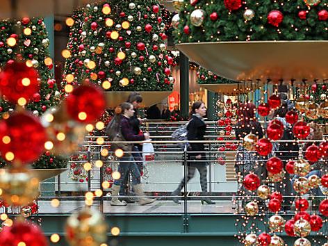 Menschen beim Weihnachtseinkauf