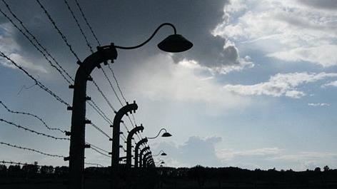 Zaun bei Gewitter im KZ Auschwitz-Birkenau