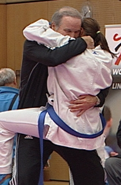 Karate-Kämpferin Alisa Buchinger jubelt nach ihrem Sieg.