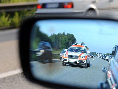 """Illustration zum Thema """"Rettungsgasse auf der Autobahn"""""""