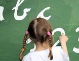 Mädchen schreibt an Tafel