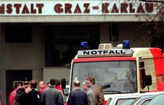 Rettungsfahrzeuge am Tag der Geiselnahme vor dem Eingang zur Strafanstalt Karlau
