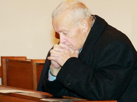 Adi Kastner sitzt in einer Kirche
