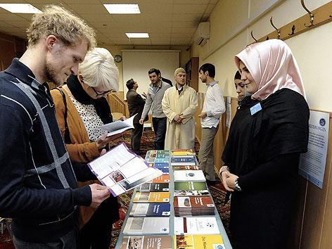 """Besucher die sich über den islamischen Glauben informieren am Freitag, 18. November 2011, anl. der """"Langen Nacht der Moscheen"""" in Wien."""