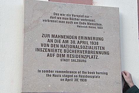 Bücherverbrennung durch die Nazis auf dem Salzburger Residenzplatz