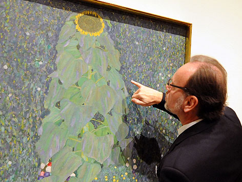 """Alfred Weidinger, Vizedirektor des Belvedere, betrachtet das Bild """"Sonnenblume"""" (1907) von Gustav Klimt"""