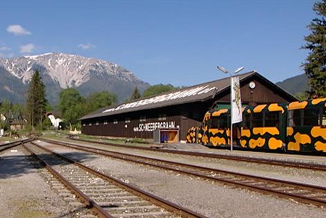Bahnhof der Schneebergbahn mit Salamander-Zug