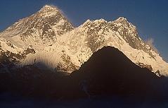 Mount Everest und Lhotse (rechts) und Nuptse (Vordergrund hinten) im Sonnenuntergang, aufgenommen von einem namenlosen 6.000 im Sherpaland Khumbu