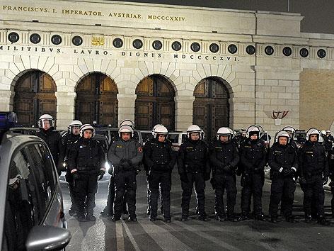 Polizisten bei Demonstration gegen WKR-Ball